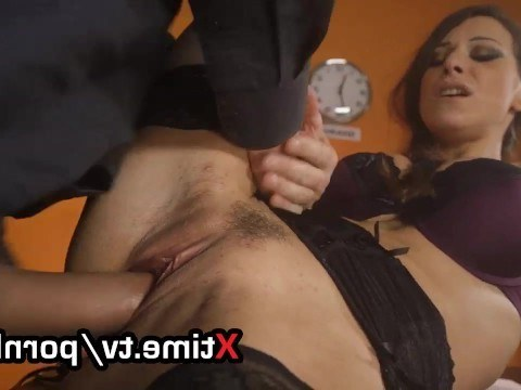 Anal sex with the mature secretary helped the boss to get away from work