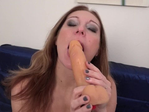 Arousal drives the hot mature woman crazy, and she jerks off her pussy