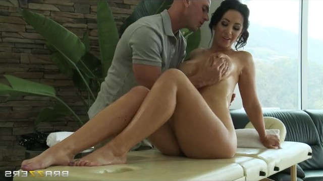 Bald masseur fucked mature couugar in her pretty pussy after erotic massage
