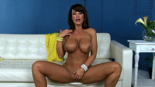 Exquisite mature lady Lisa Ann gives off her vibes, fingering her pussy