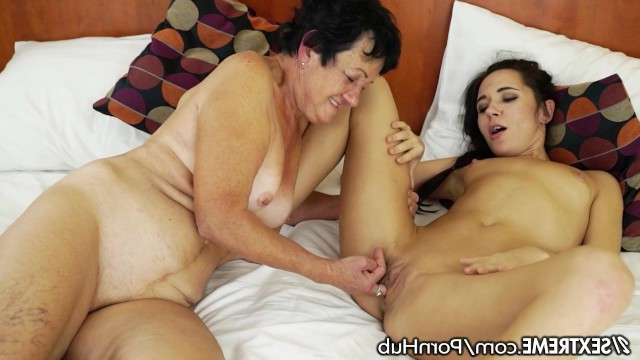 Granny gives her sexual experience to a young beauty