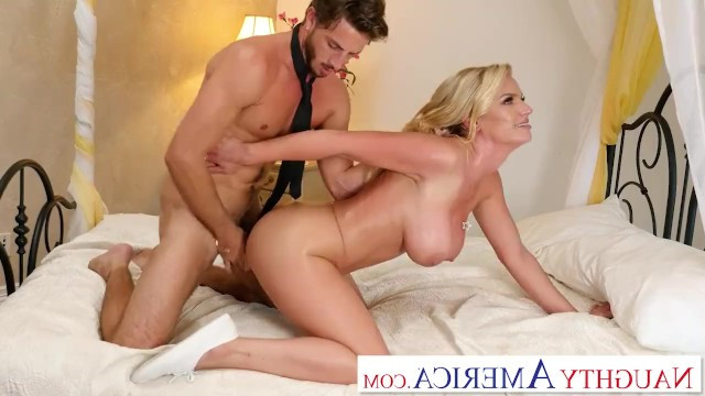 Guy did not find his friend at home, so he fucked his mature mom in the pussy