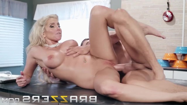 Guy sprinkled with flour mature blonde's ass and eagerly fucked her in the kitchen