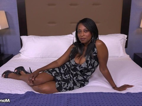 Lustful mature black milf came to a sex casting and showed how to fuck