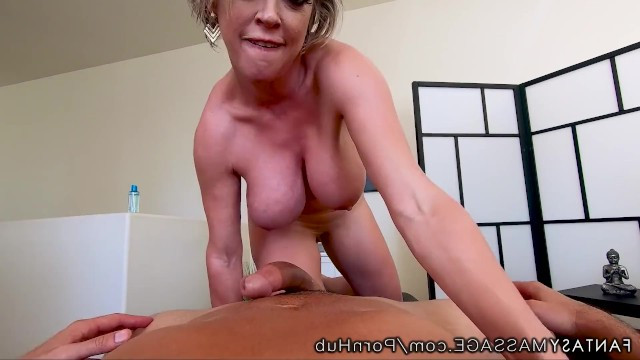 Masseur cured the mature milf of a backache with hardcore sex