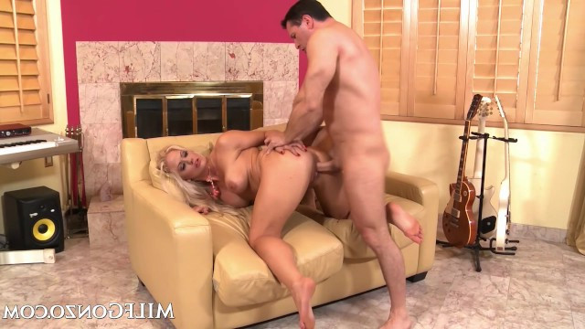 Mature blonde wet milf liked strong men, so fucked with the sportsman