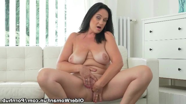 Mature lady came to the casting and showed the world her masturbation skills