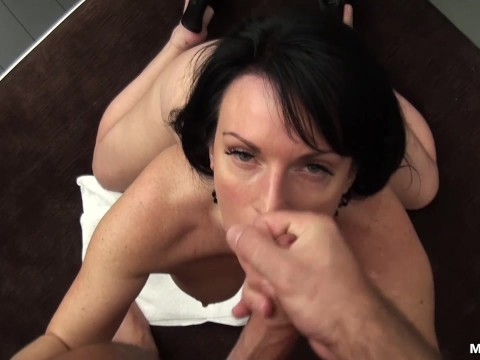 Mature lady gives her producer a cool blowjob at the casting