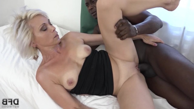 Mature lady got anal sex and double penetration from ebonies in cougar threesome