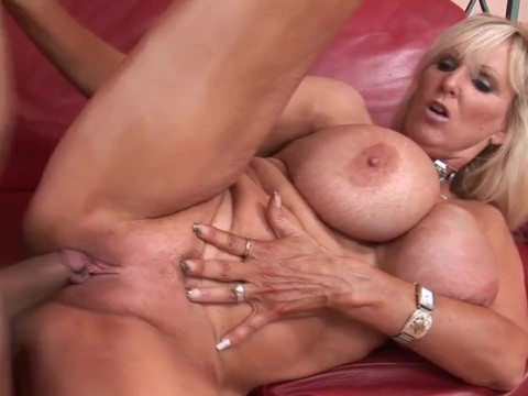 Old busty lady proved at the casting that her mature pussy is in good order