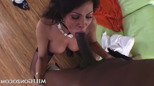 Sexy mature bitch Teri Weigel sucked the long dick of a black man and fucked with him