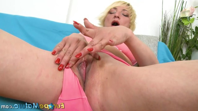 Sexy older blonde had fun with her pussy, masturbating wuth sex toy