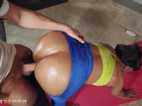 Teacher overdid yoga and fucked the mature black woman right in the gym