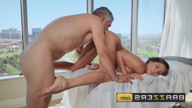The masseur got tired of flirting with a mature cougar and fucked her pussy